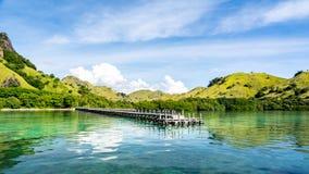 Le pont en bois à l'île privée photo libre de droits