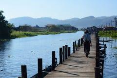 Le pont en bois de marche Village de Maing Thauk Lac Inle myanmar photos libres de droits