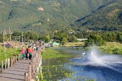 Le pont en bois de marche Village de Maing Thauk Lac Inle myanmar image stock