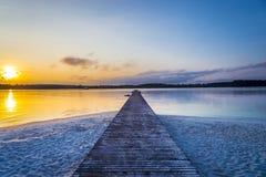 Le pont en bois longtemps vers la mer avec le fond crépusculaire de ciel à l'île de KohKham photo stock