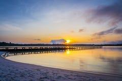 Le pont en bois longtemps vers la mer avec le fond crépusculaire de ciel à l'île de KohKham Images stock