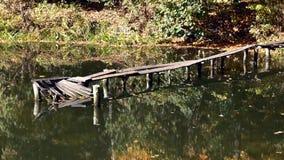 Le pont en bois sur les déchirent clips vidéos