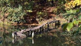 Le pont en bois sur les d?chirent banque de vidéos