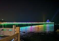 Le pont en chevalet pendant la nuit images stock