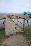 Le pont en métal au-dessus du fleuve Photos stock
