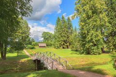 Le pont en parc Image stock