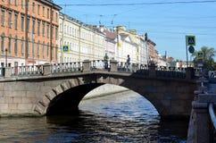 Le pont en pierre à travers le canal de Griboyedov à St Petersburg Image libre de droits