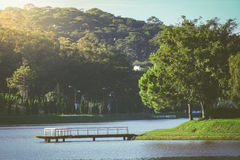 Le pont en pierre au lac avec la montagne et la lumière du soleil photographie stock
