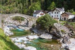 Le pont en pierre dans Arvigo Images libres de droits