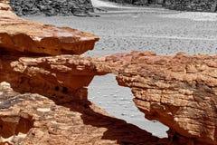 Le pont en pierre a formé par érosion, avec le fond aliéné noir et blanc et l'effet abstrait, en réserve naturelle de Wadi Rum, photos stock