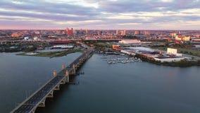 Le pont en rue de Hannovre prend des voyageurs dans le noyau urbain de Baltimore clips vidéos