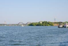 Le pont et l'église sur une île de rivière Dniepropetovsk, Ukraine Photos stock