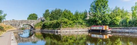 Le pont et la péniche dedans Brecon balise le parc national Image stock