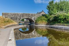 Le pont et la péniche dedans Brecon balise le parc national Photo libre de droits