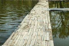 Le pont et la réflexion dans l'eau Photo stock