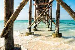 Le pont faisait toujours du bois faisant face à l'océan photo stock