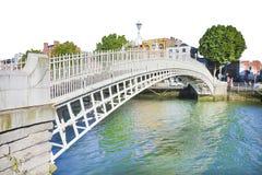 Le pont le plus célèbre à Dublin a appelé le ` demi ` de pont de penny Photos stock