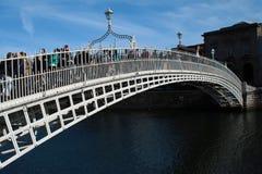 Le pont le plus célèbre à Dublin a appelé le ` demi ` de pont de penny en Irlande Photos stock