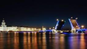 Le pont-levis est dans le St Petersbourg de nuit Image stock