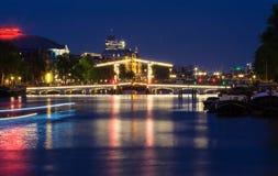 Le pont maigre Magere Brug la nuit, Amsterdam, Hollande, l'Europe photographie stock libre de droits