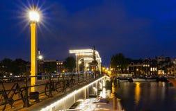 Le pont maigre Magere Brug la nuit, Amsterdam, Hollande, l'Europe photographie stock