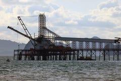 Le pont minéral dans une mer Photo stock