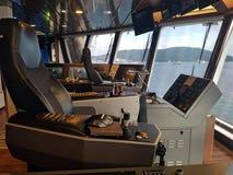 Le pont moderne en navire avec tout l'équipement a dû fonctionner sans risque image stock
