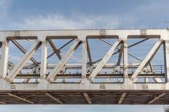Le pont non identifié en fer de train de métro avec le zigzag raye l'usi construit photographie stock libre de droits