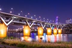 Le pont ou le cheongdamdaegyo de Cheongdam est pont du fleuve Han la nuit Photographie stock