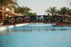 Le pont par la piscine dans le territoire d'hôtel Égypte Hurgada Image libre de droits