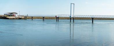 Le pont piétonnier menant à la plage font Barril où est le ce photo stock