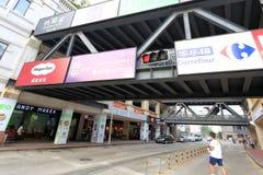 Le pont piétonnier relie deux bâtiments commerciaux Image libre de droits