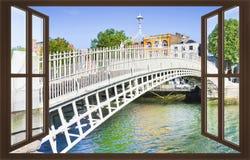 Le pont le plus célèbre à Dublin a appelé le ` demi ` de pont de penny Image libre de droits