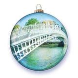 Le pont le plus célèbre à Dublin a appelé le ` demi ` de pont de penny dans la forme de la boule en verre de Noël Photographie stock libre de droits