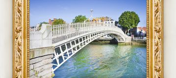 Le pont le plus célèbre à Dublin a appelé le ` demi image de concept de ` de pont de penny avec un cadre en bois d'or image stock