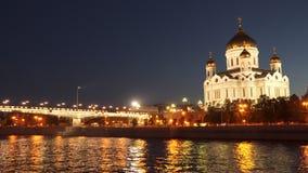 Le pont près de la cathédrale du Christ le sauveur à Moscou Russie banque de vidéos