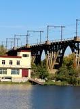 Le pont qui se tient dans l'eau Le pont au-dessus dont les trains de fret se déplacent Est tout près la rivière et le bâtiment images stock