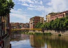 Le pont relie deux parts de la ville Images libres de droits