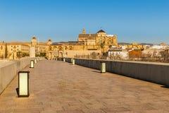 Le pont romain de la cathédrale de Cordoue, de l'Espagne et de Mezquita photos stock