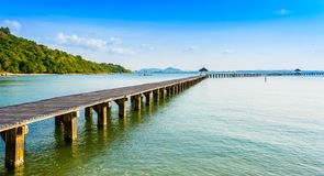 Le pont sur la plage et la mer ondulent dans l'océan de l'Asie Photo stock