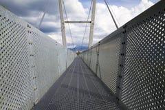 Le pont suspendu moderne s'est étendu entre les montagnes dans Thun image stock