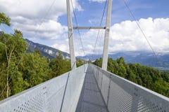 Le pont suspendu moderne s'est étendu entre les montagnes dans Thun photos stock