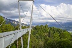 Le pont suspendu moderne s'est étendu entre les montagnes dans Thun, Suisse photos libres de droits