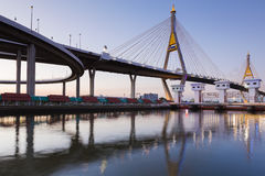 Le pont suspendu se relient à l'intersection de route Photographie stock libre de droits