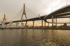 Le pont suspendu se relient à l'intersection de route Photo libre de droits