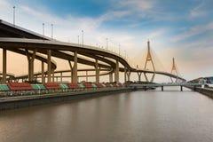 Le pont suspendu se relient au passage supérieur de route Photographie stock libre de droits