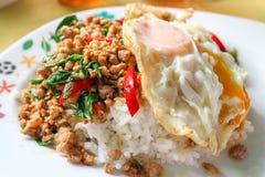 Le porc fait sauter à feu vif avec le basilic part du meilleur de la nourriture de la Thaïlande Image libre de droits