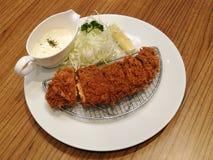 Le porc frit a servi avec le chou de tranche, le citron et la mayonnaise ou la sauce à tartre dans le restaurant, ensemble de côt Photos libres de droits