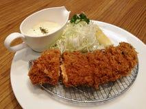 Le porc frit a servi avec le chou de tranche, le citron et la mayonnaise ou la sauce à tartre dans le restaurant, ensemble de côt Photographie stock libre de droits