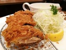 Le porc frit a servi avec le chou de tranche, le citron et la mayonnaise ou la sauce à tartre dans le restaurant, ensemble de côt Images libres de droits